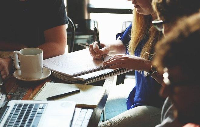 Busca por talentos em tecnologia: escassez de perfil sênior, rotatividade e aumento de salários